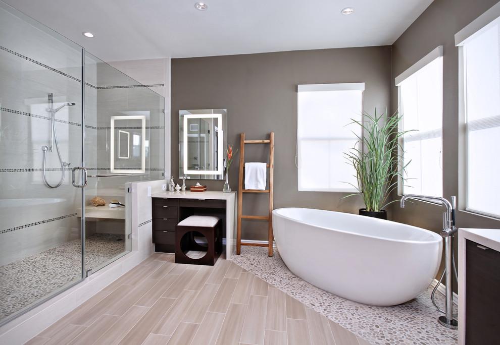 Дизайн ванной с разным цветом стен